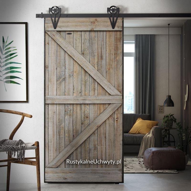 drzwi przesuwne w metalowej ramie